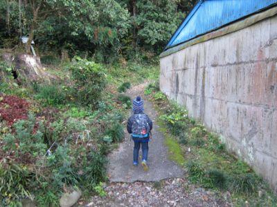 桃太郎神社横の登山道へ